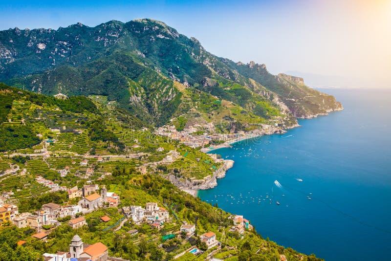 Взгляд открытки побережье Амальфи, Амальфи, кампания, Италия стоковые изображения rf