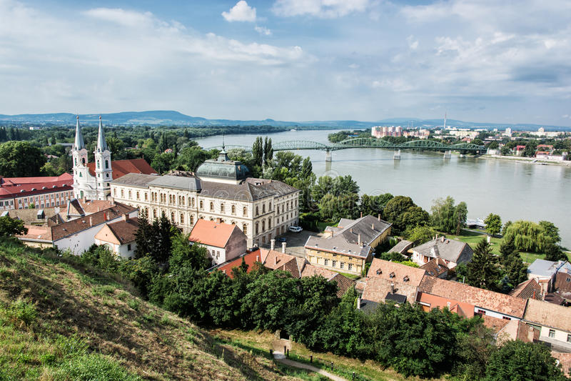 Взгляд от базилики Esztergom, церков St Ignatius и Марии Va стоковая фотография rf