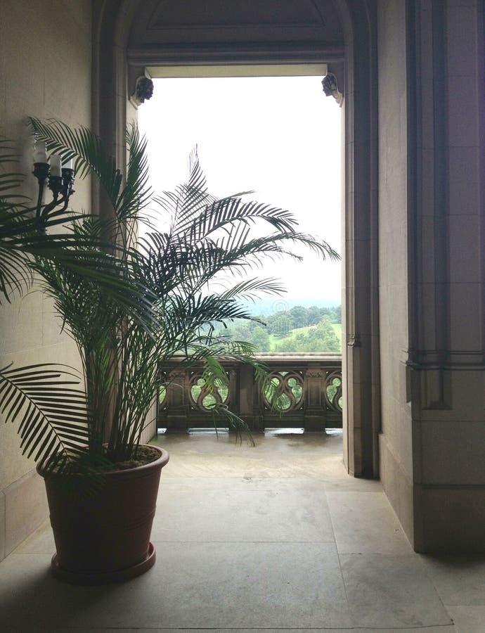 Взгляд от балкон каменного здания стоковые фото