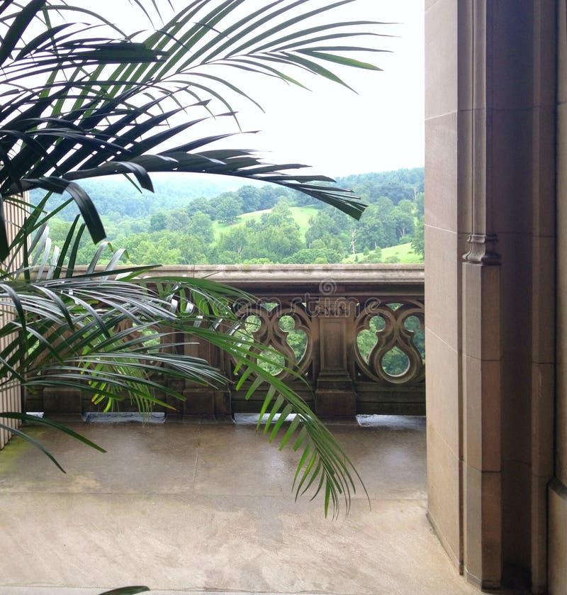 Взгляд от балкон каменного здания стоковое фото rf