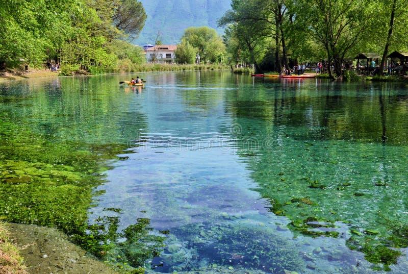 Взгляд от берега реки Grassano, Италии стоковое фото rf