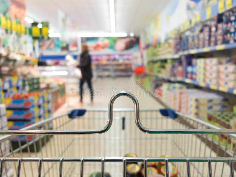 Взгляд от вагонетки магазинной тележкаи на магазине супермаркета розница стоковые изображения rf