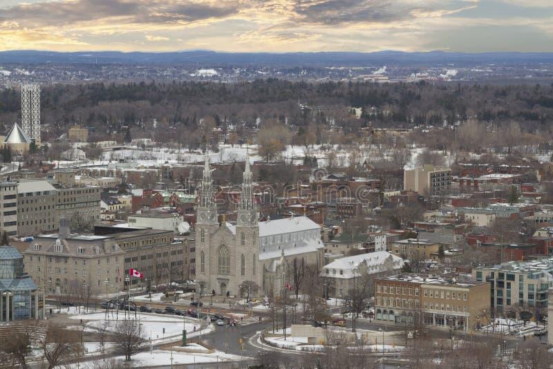Взгляд от вершины башни на парламенте Канады с базиликой собора Нотр-Дам, парламента Hil стоковые изображения rf