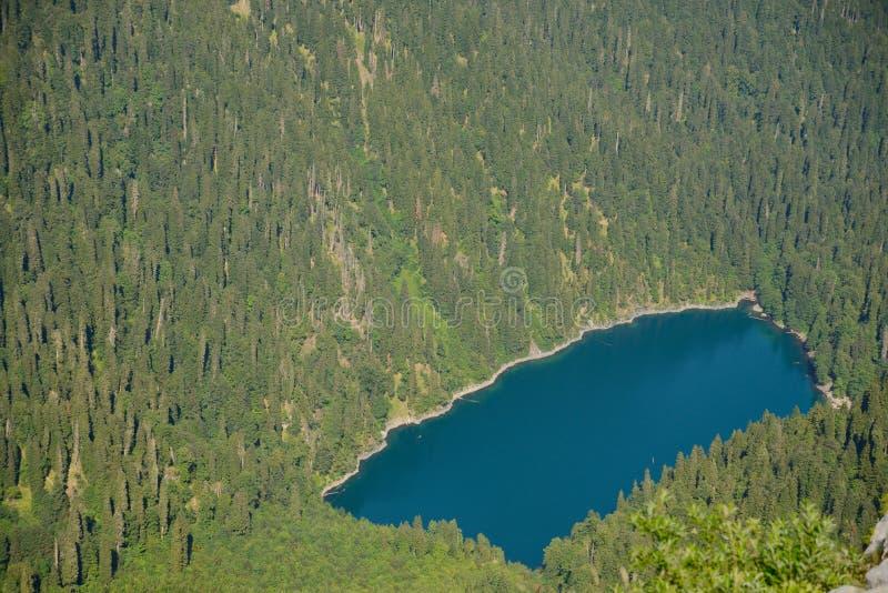Взгляд от вершины горы Pshegishvvy к озеру Малайе Ritsa, абхазии стоковое фото