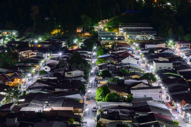Взгляд от высокого здания видит к Amphoe Kathu в nighttime, Пхукете Таиланде стоковые фото