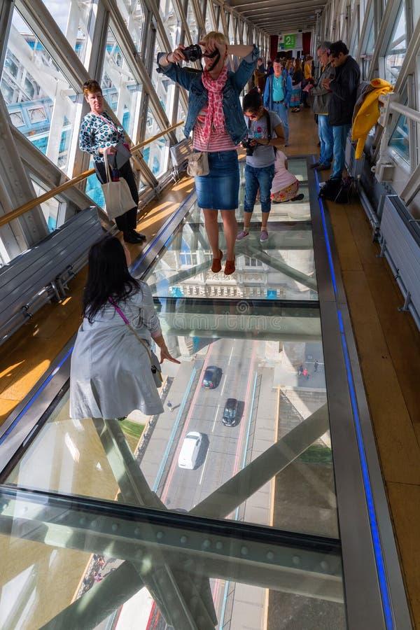 Взгляд от высокопоставленной дорожки моста башни на движении моста в Лондоне, Великобритании стоковое изображение