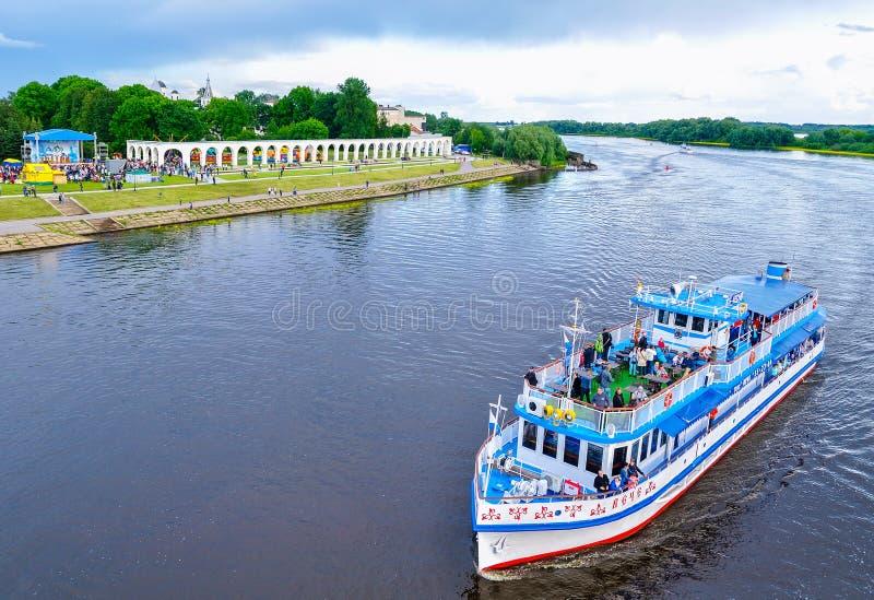 Взгляд от высоты на дворе и парусниках Yaroslav плавая на реку Volkhov на день города, Veliky Новгород, Россия стоковое фото rf