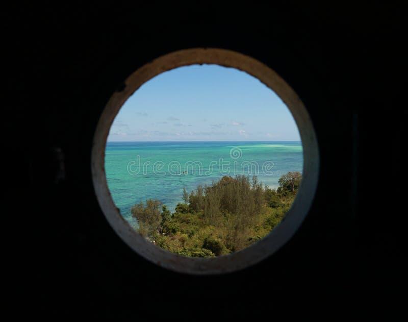 Взгляд от круглого окна стоковое фото rf