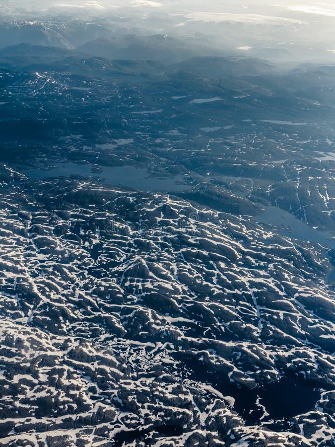 Взгляд от окна самолета летая над Норвегией Скандинавией стоковое фото rf