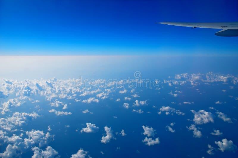 Взгляд от окна самолета стоковые изображения rf