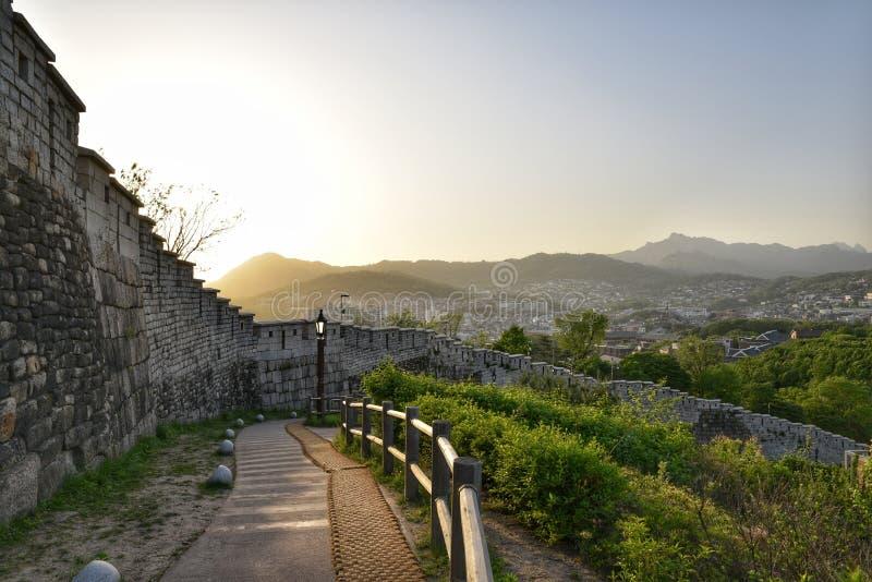 Взгляд от парка Naksan, который расположен в холме городского Сеула стоковые изображения rf