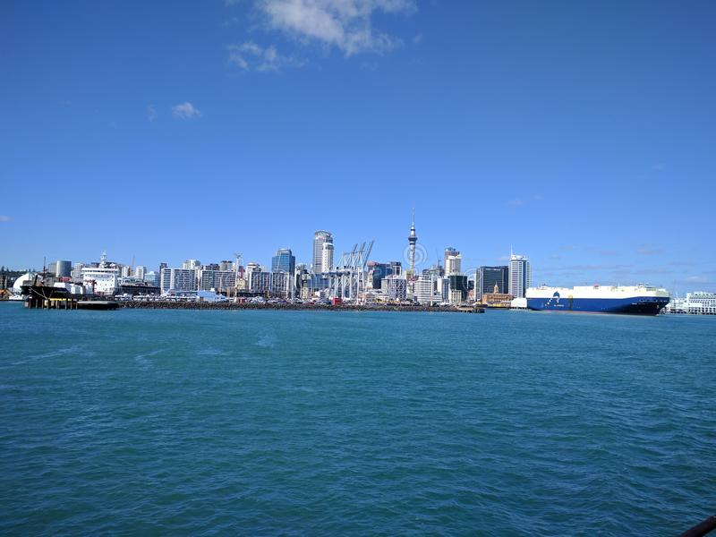 Взгляд от парома к центру города города Окленда стоковые фото