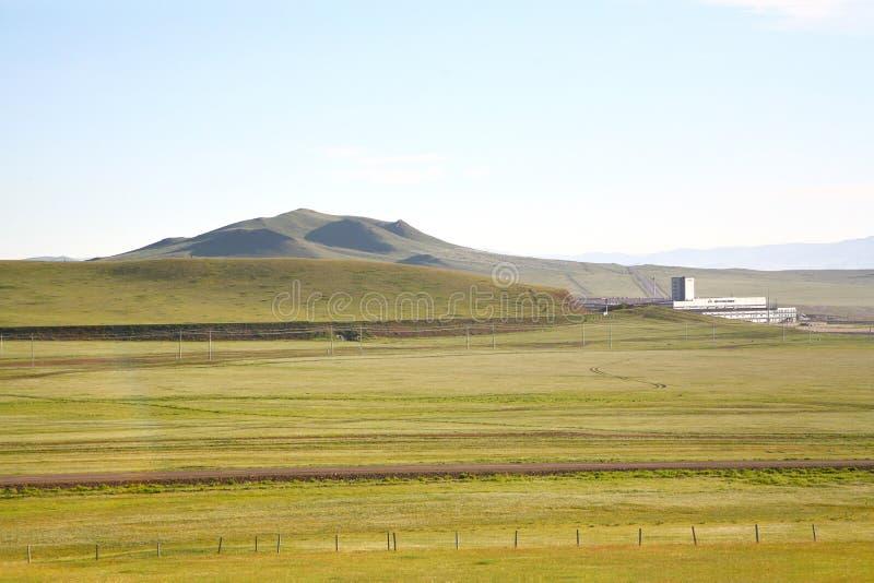 Взгляд от поезда Транс-сибиряка на Ulaanbaatar, Монголии стоковые изображения