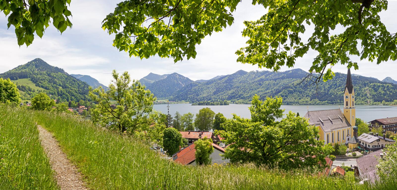 Взгляд от пункта бдительности к озеру и деревне schliersee стоковая фотография rf