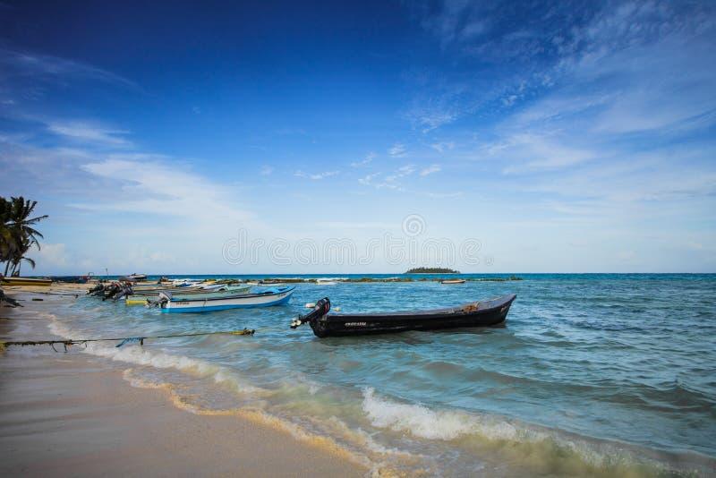 Взгляд от пляжа острова San Andres, Колумбии стоковые фотографии rf