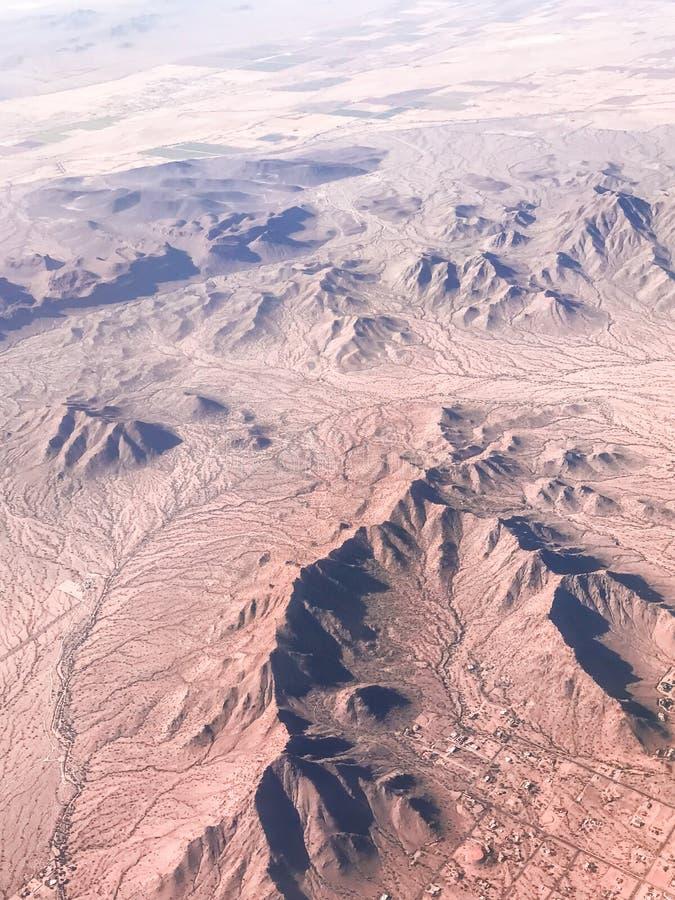 Взгляд от самолета на поверхности земли стоковое фото