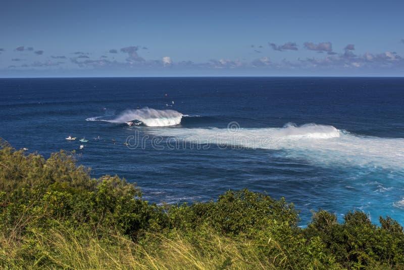 Взгляд от скал на Peahi или челюсти занимаются серфингом пролом, Мауи, Гаваи, США стоковое изображение rf