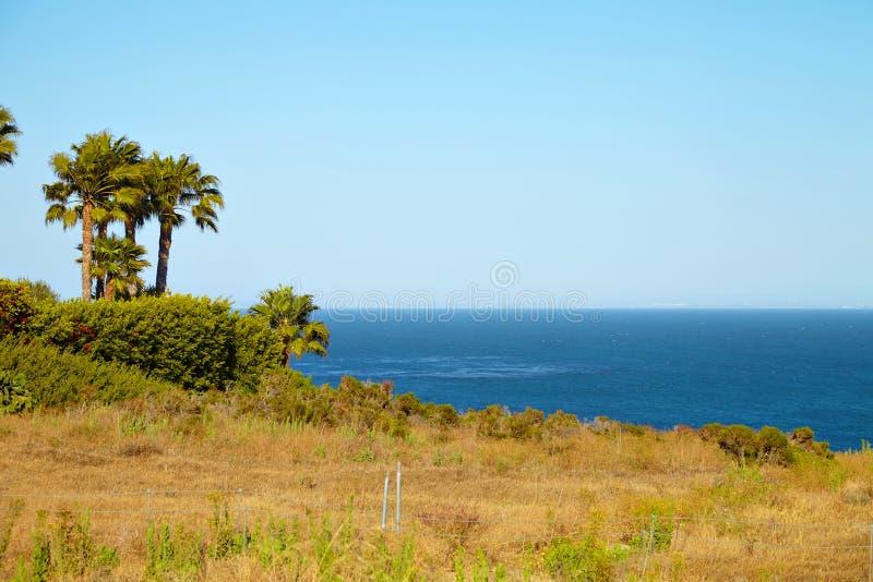 Взгляд от скалы к океану стоковое изображение rf
