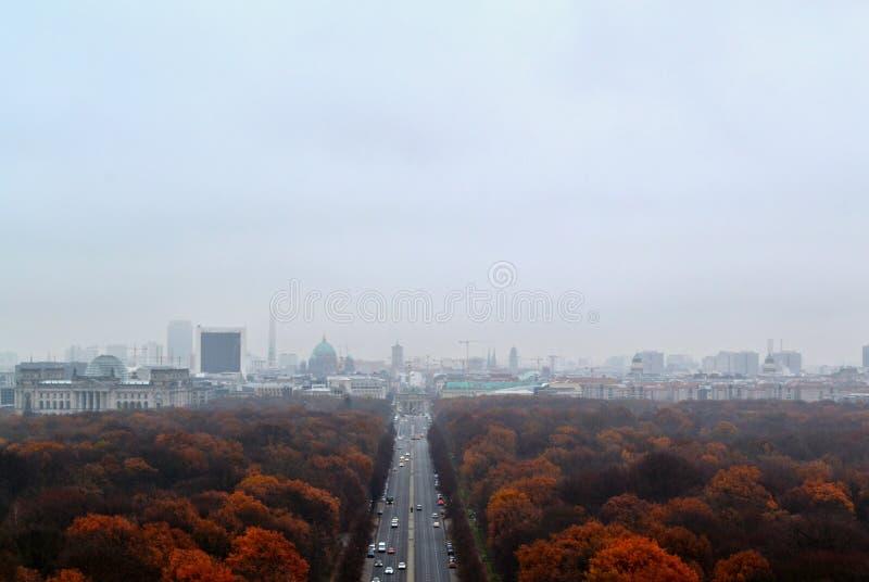 Download Взгляд от столбца победы на улице к скалистой вершине Brandenburger в Берлине Стоковое Фото - изображение насчитывающей cityscape, листво: 81804490