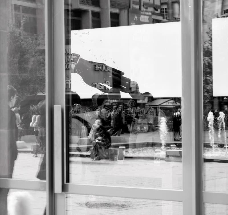 Взгляд от улицы клиентов внутри магазина Яблока стоковое фото rf