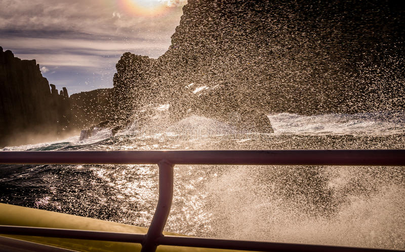 Взгляд от шлюпки путешествия на острове Tasman, Тасмании, Австралии стоковые фото