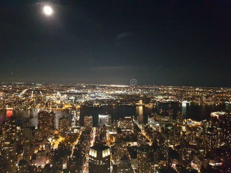 Взгляд от Эмпайра Стейта Билдинга на ноче стоковая фотография