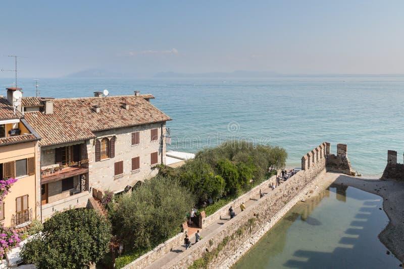 Взгляд от Castello Scaligero в Sirmione на озере Garda стоковое фото