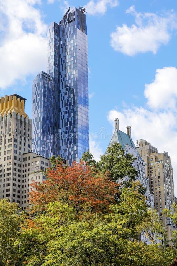 Взгляд от Central Park Нью-Йорка к небоскребам стоковое фото rf
