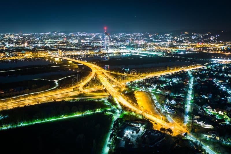 Взгляд от Donauturm на ноче, в вене, Австрия стоковые изображения rf