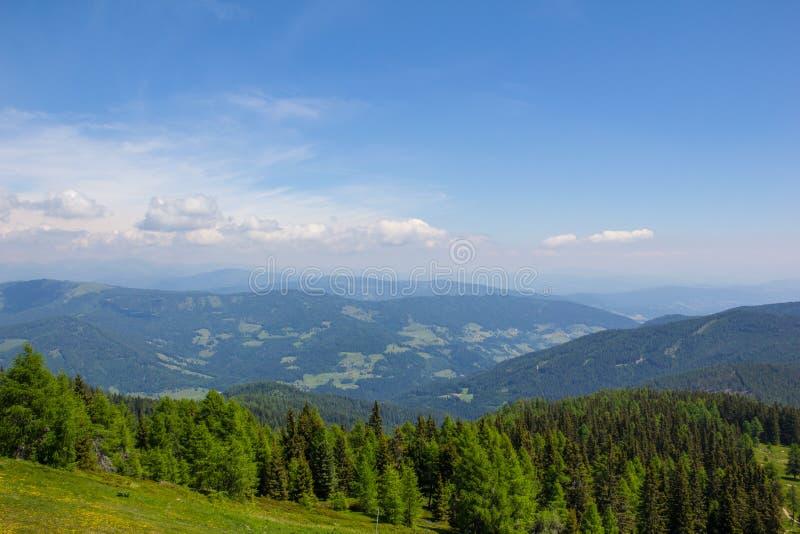Взгляд от Mt Gerlitzen в долину стоковая фотография