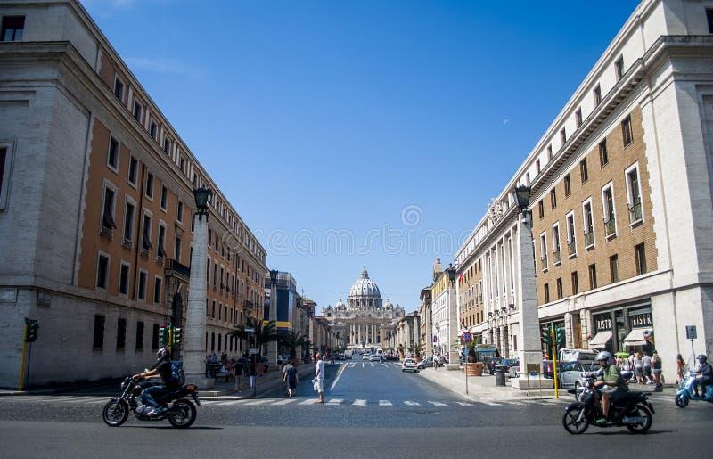 Взгляд от streef базилики St Peter в государстве Ватикан стоковое фото