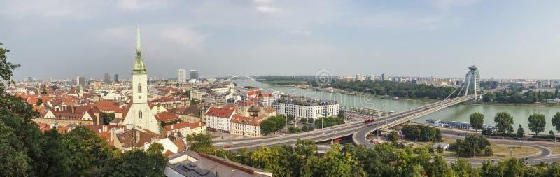 Взгляд панорамы города Братиславы принятый от замка стоковое изображение rf