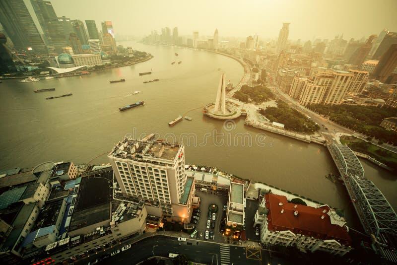 Взгляд панорамы города Шанхая в тумане на времени захода солнца стоковые фотографии rf