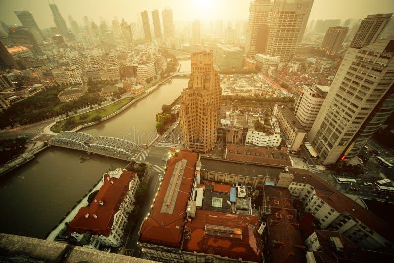 Взгляд панорамы города Шанхая в тумане на времени захода солнца стоковые фото
