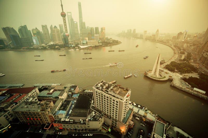Взгляд панорамы города Шанхая в тумане на времени захода солнца стоковое фото