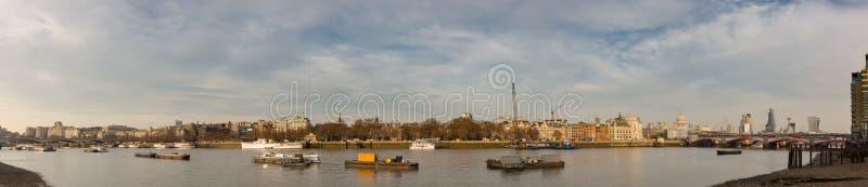 Взгляд панорамы Лондона от города к мосту Ватерлоо стоковая фотография