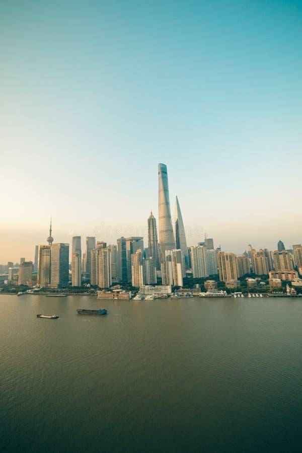 Взгляд панорамы scape города Шанхая во времени захода солнца стоковые изображения