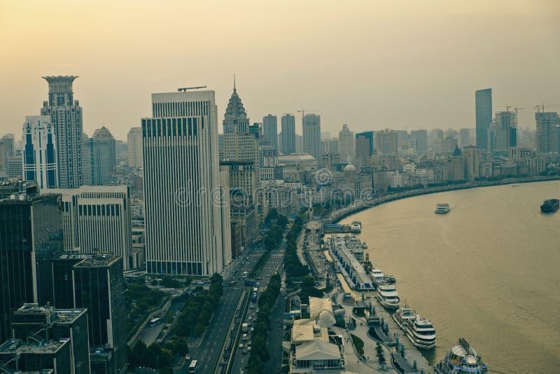 Взгляд панорамы scape города Шанхая во времени захода солнца стоковое изображение rf