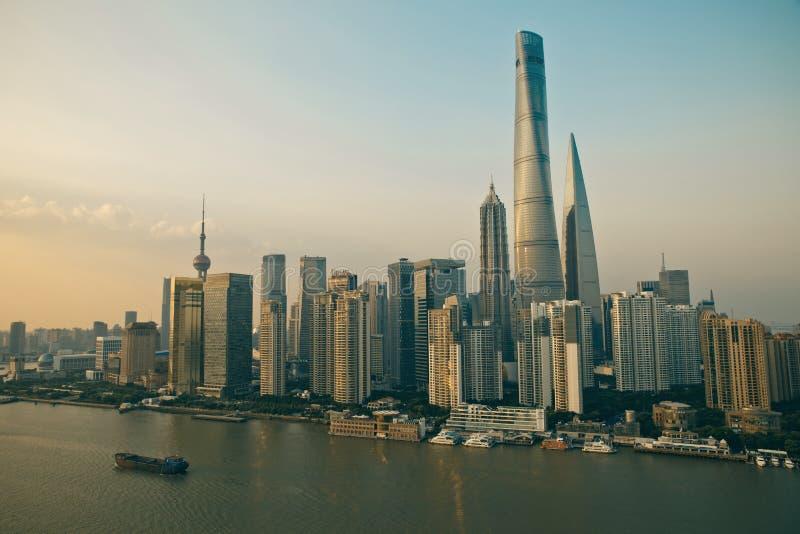 Взгляд панорамы scape города Шанхая во времени захода солнца стоковая фотография rf
