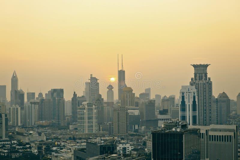 Взгляд панорамы scape города Шанхая во времени захода солнца стоковое изображение