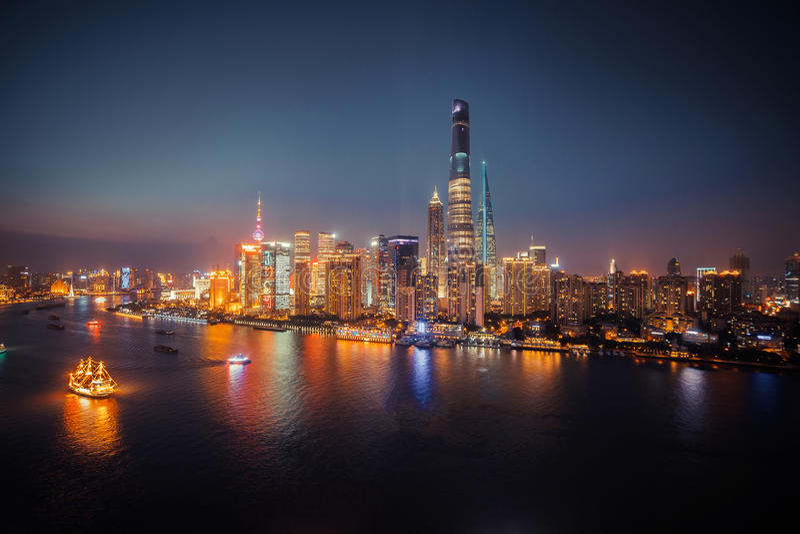 Взгляд панорамы scape города Шанхая на nighttime дел стоковое фото rf