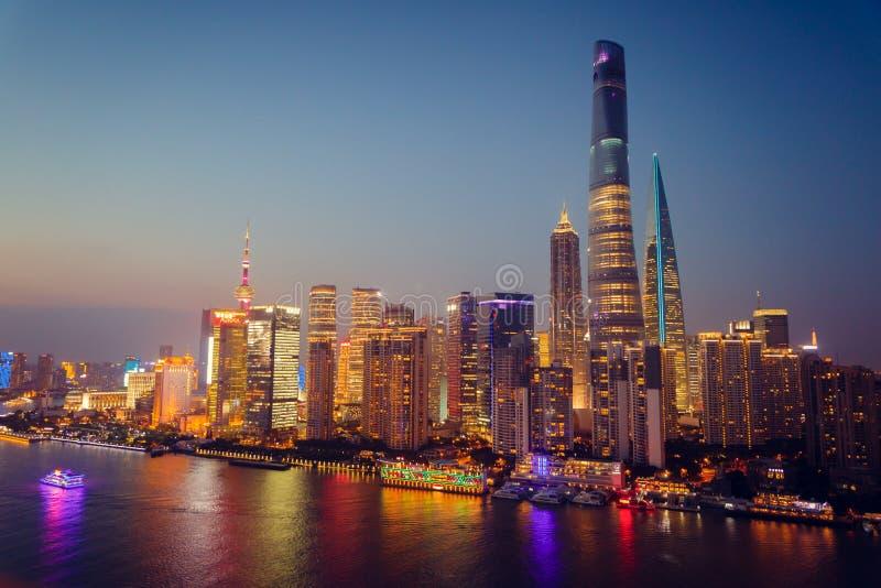 Взгляд панорамы scape города Шанхая на nighttime дел стоковое изображение rf