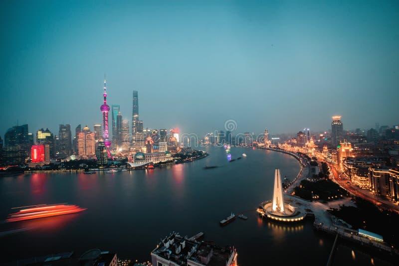 Взгляд панорамы scape города Шанхая на nighttime дел стоковые фото