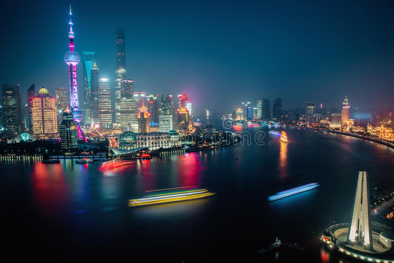Взгляд панорамы scape города Шанхая на nighttime дел стоковые фотографии rf