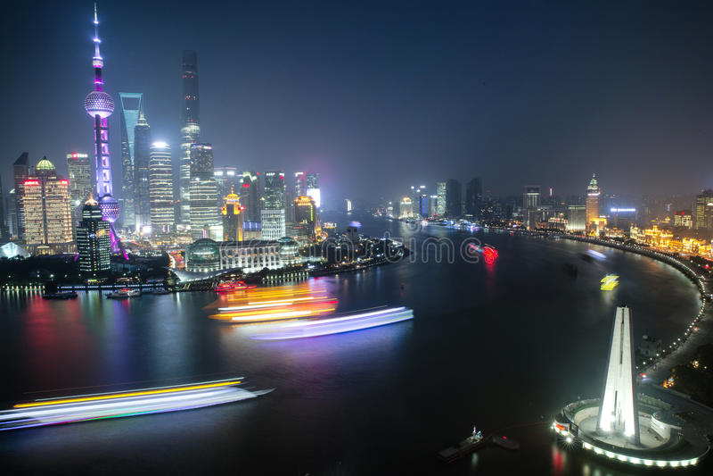 Взгляд панорамы scape города Шанхая на nighttime дел стоковые изображения rf