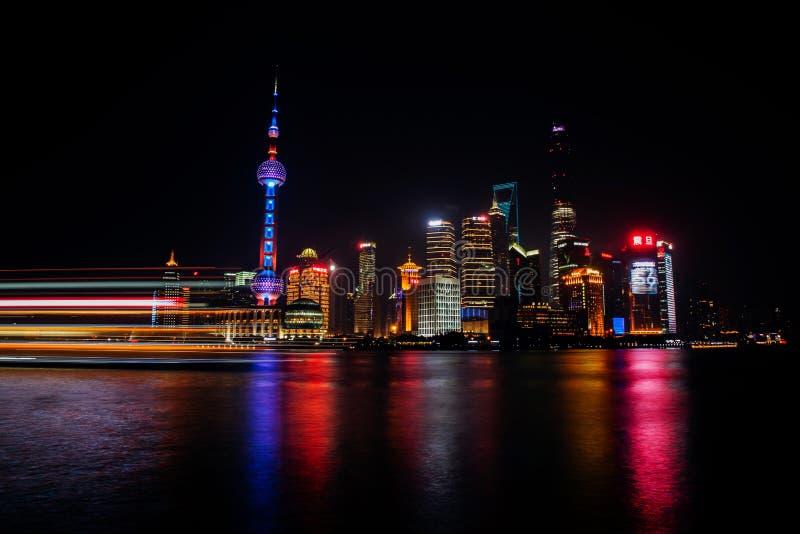 Взгляд панорамы scape города Шанхая на nighttime дел стоковые изображения