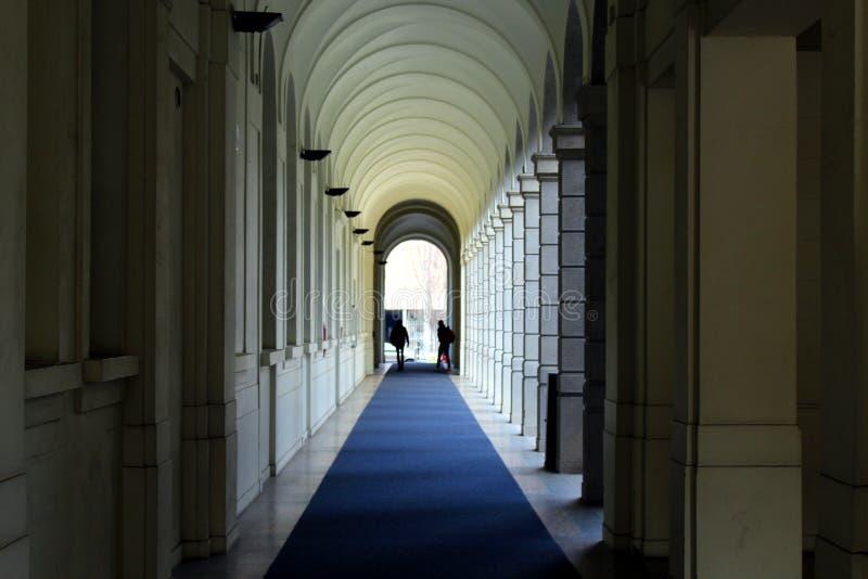 Взгляд перспективы галереи колоннады стоковое изображение rf
