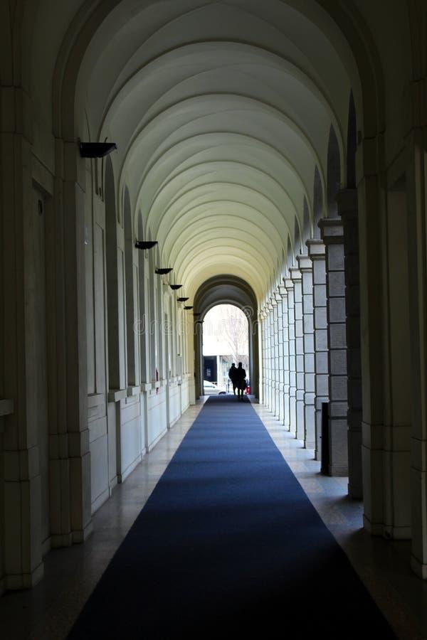 Взгляд перспективы галереи колоннады стоковое фото rf