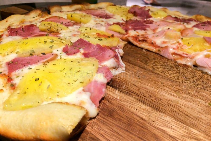 Взгляд перспективы горячего домодельного традиционного классического итальянского куска пиццы с определять сыр, ветчину и ананас стоковое фото rf