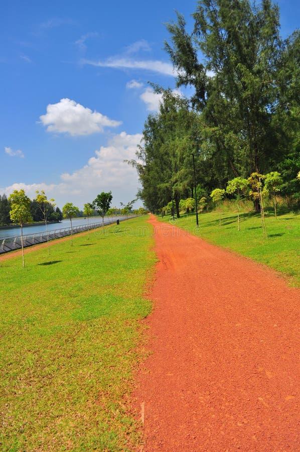 Взгляд перспективы дорожки сделанной почвы на Punggol стоковая фотография